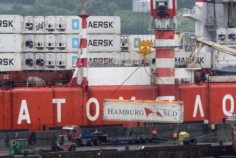 Żuraw wyładowuje rosyjski kontenerowiec Sevmorput - samolotowy lodołamacz o napędzie jądrowym na pokładzie statku Morze komercyjn zdjęcie stock