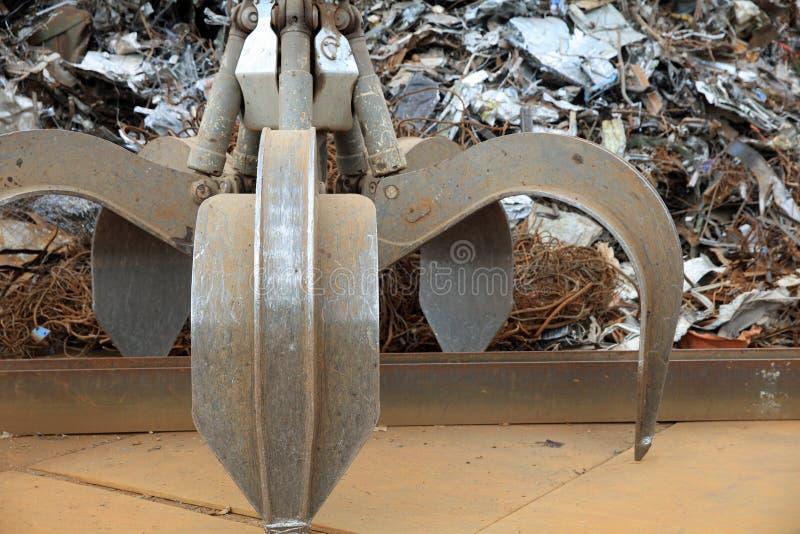 Żuraw z złomu i metalu gratem dla Przetwarzać w Niemcy zdjęcie royalty free