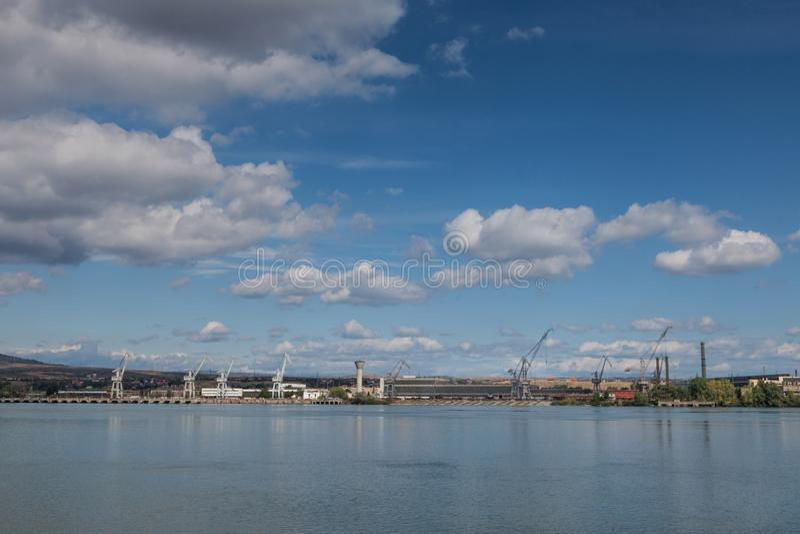 Żurawie od Drobeta Turnu Severin Rumunia stoczni brać od strony przeciwnej Danube zdjęcia stock