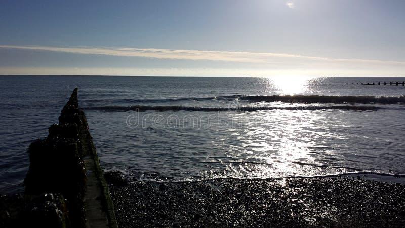 Żwirowata plaża odbija słońce fotografia stock