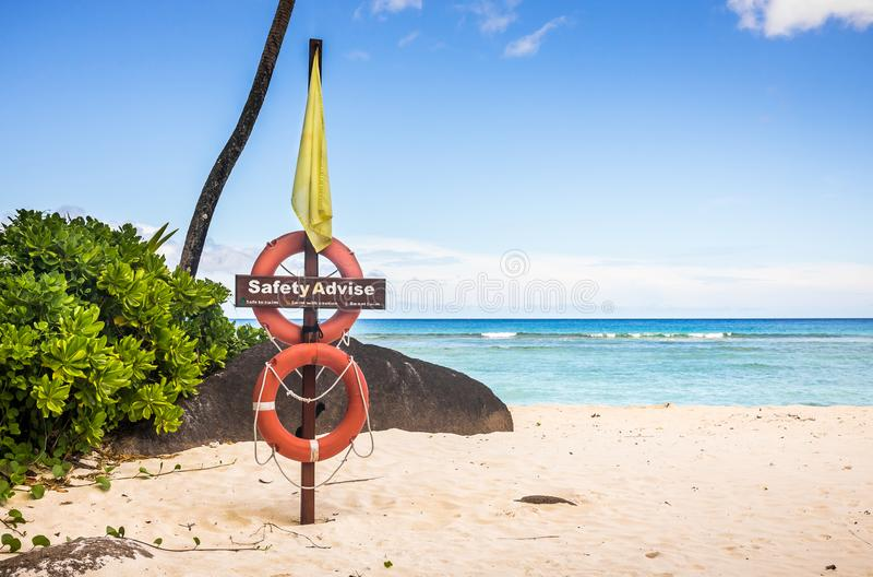 Życia boja na piaskowatej plaży obraz royalty free