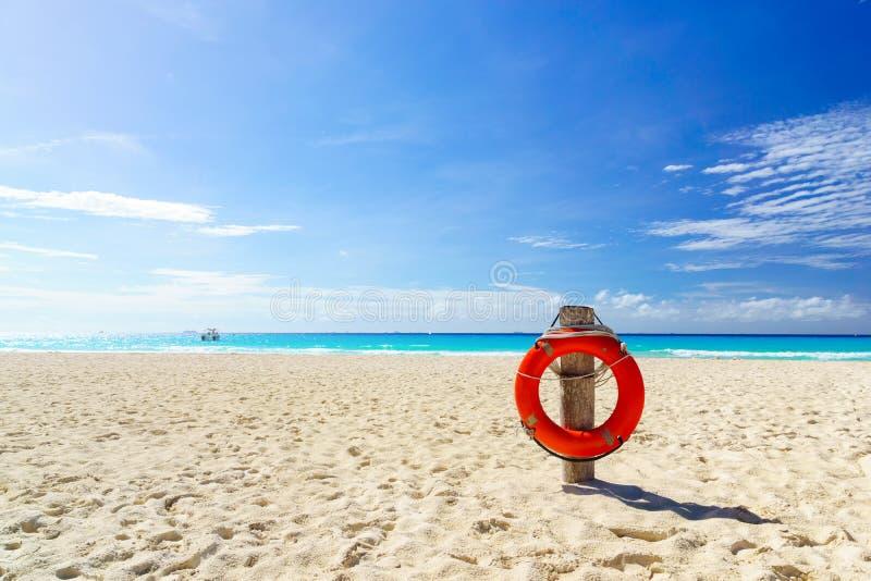 Życia boja na tropikalnej plaży obraz stock
