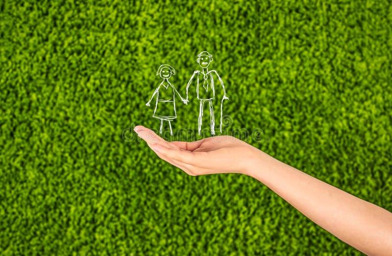 Życia rodzinnego ubezpieczenie, ochrania rodziny, rodzinni pojęcia elderl zdjęcia royalty free