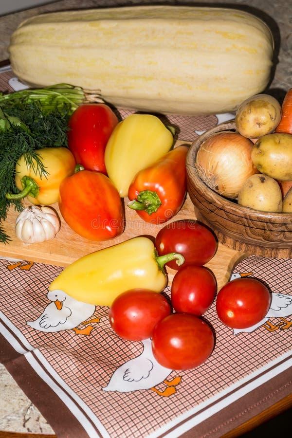 życie ciągle kuchenny Świezi surowi warzywa na stole zdjęcie stock