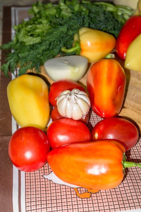 życie ciągle kuchenny Świezi surowi warzywa na stole obrazy stock
