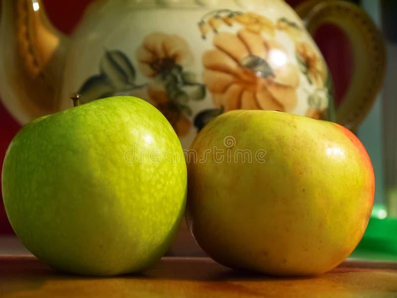 życie ciągle kuchenny Dojrzali jabłka obok starego ceramicznego teapot zdjęcie stock