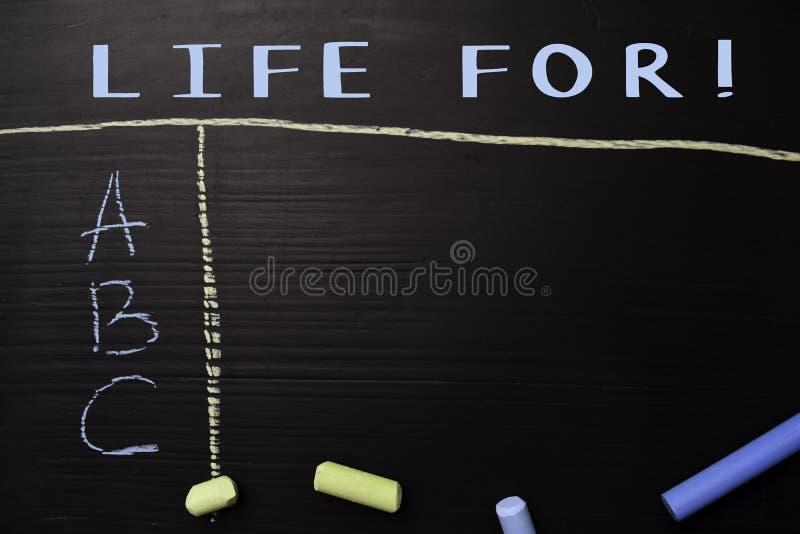 Życie Dla! pisać z kolor kredą Wspierający dodatkowe usługi Blackboard poj?cie obrazy stock