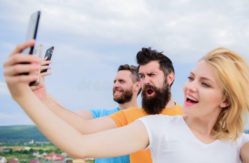 Życie online Ludzie bierze selfie lub leje się online wideo Mobilny internet i ogólnospołeczne sieci Mobilna zależność zdjęcie royalty free