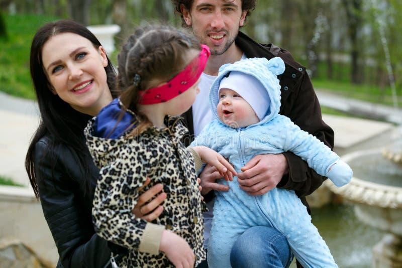 Życie Rodzinne Portret rodzice i ich dzieci na tle fontanna obrazy royalty free