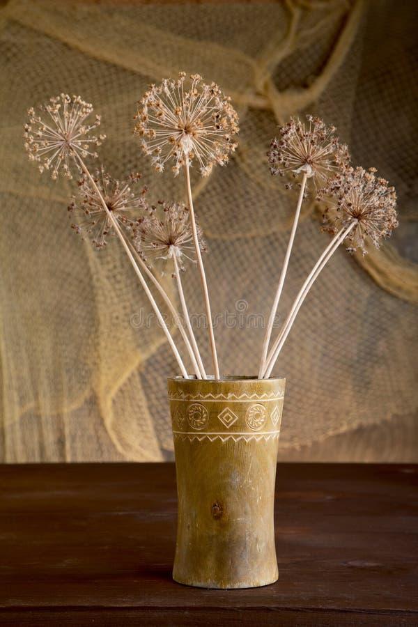 Życie z suchymi kwiatami w wazie fotografia stock