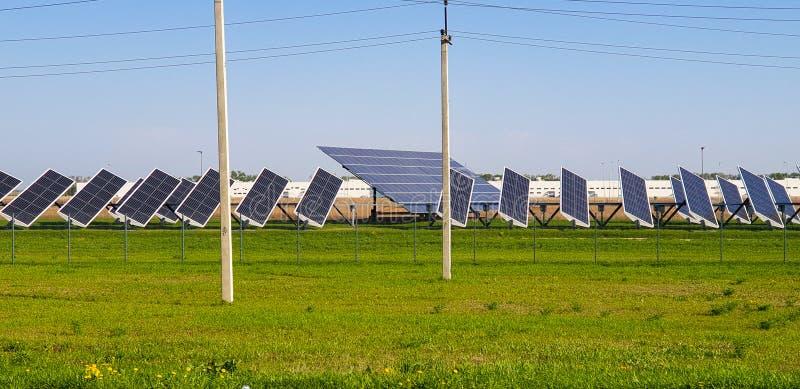 Życzliwa elektryczność Panel słoneczny, elektryczna podstacja Niebo, trawa i baterie różni rozmiary, s?oneczny dzie? zdjęcia stock