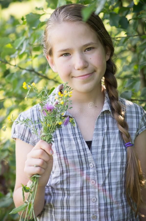 Życzliwa przyglądająca młoda dziewczyna fotografia royalty free