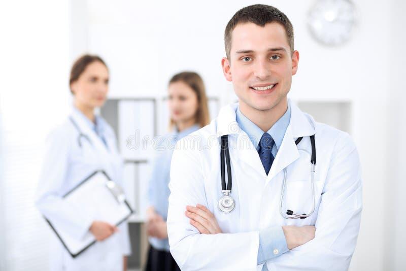 Życzliwa samiec lekarka na tle żeński lekarz w szpitalnym biurze obrazy stock