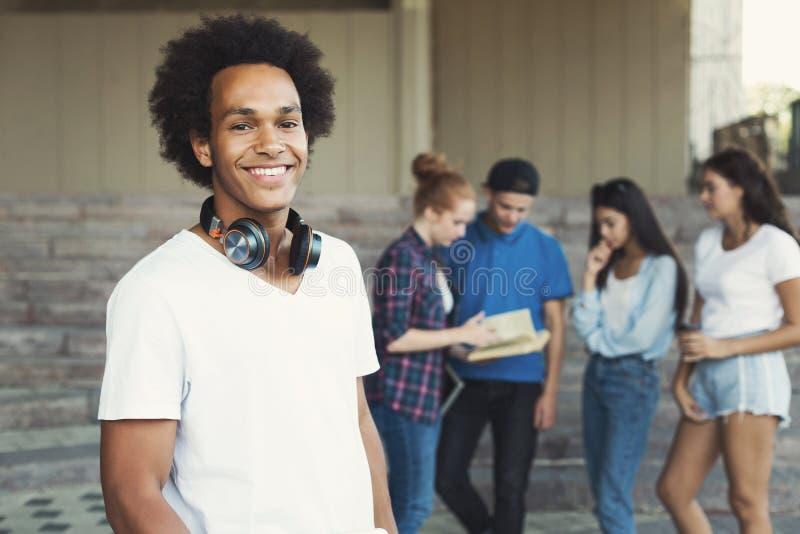 Życzliwego amerykanin afrykańskiego pochodzenia nastoletni facet ono uśmiecha się przy kamerą zdjęcia royalty free