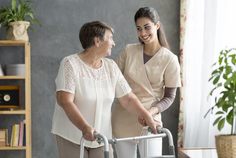 Życzliwego opiekunu podporowy starszy pacjent obrazy stock