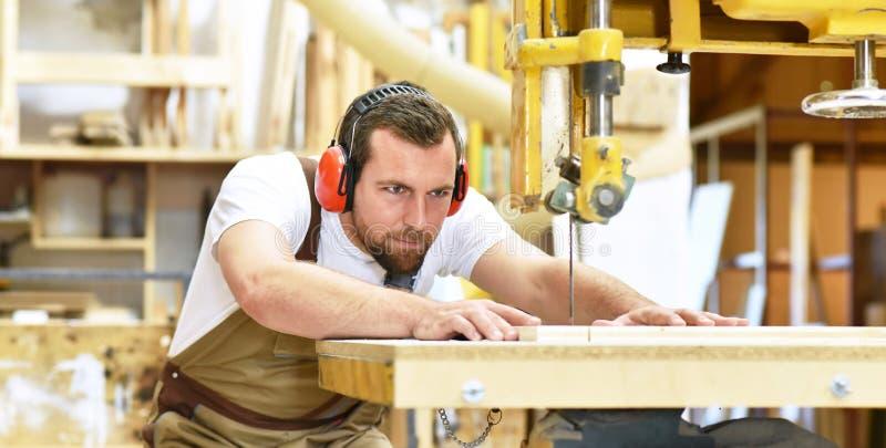 Życzliwy cieśla z uszatych ochraniaczów i pracujących ubrań worek obraz stock