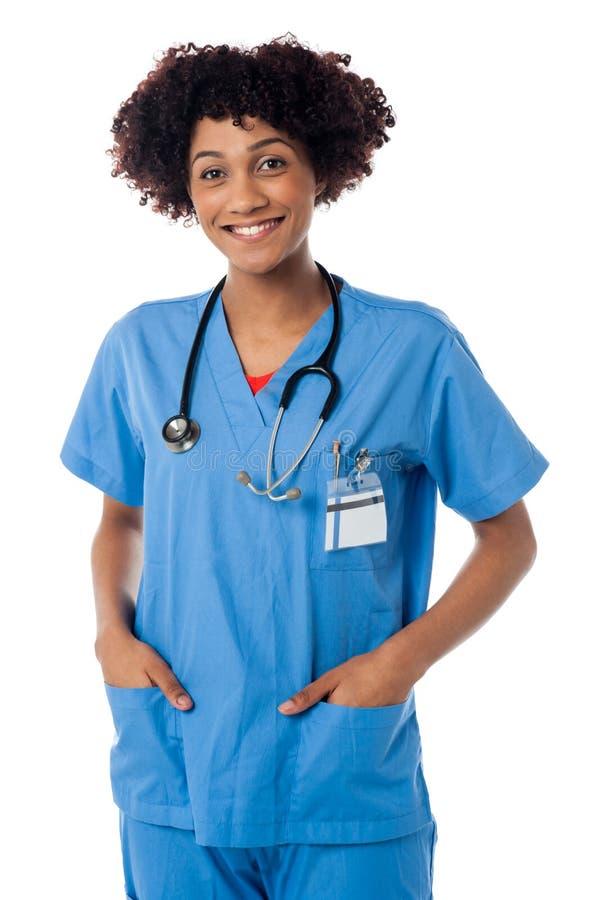 Życzliwy kobiety lekarki ono uśmiecha się odizolowywam nad bielem zdjęcia stock