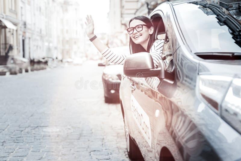 Życzliwy młodej damy powitanie somebody w miasto ulicie zdjęcia royalty free