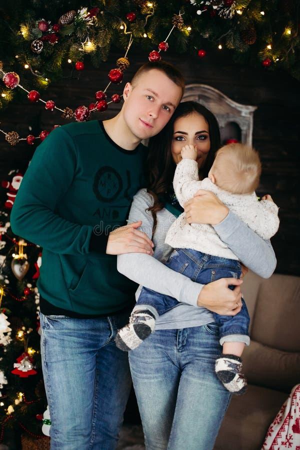 Życzliwy rodzinny cieszy się czas wpólnie przed bożymi narodzeniami obraz royalty free