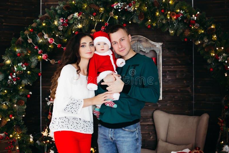 Życzliwy rodzinny cieszy się czas wpólnie przed bożymi narodzeniami zdjęcia stock