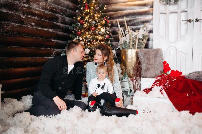 Życzliwy rodzinny cieszy się czas wpólnie przed bożymi narodzeniami obraz stock
