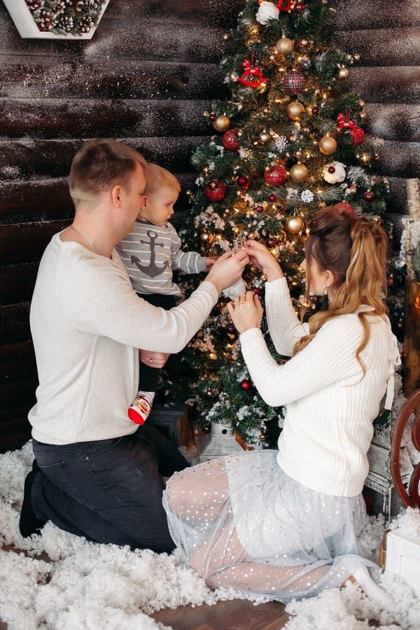Życzliwy rodzinny cieszy się czas wpólnie przed bożymi narodzeniami obrazy royalty free