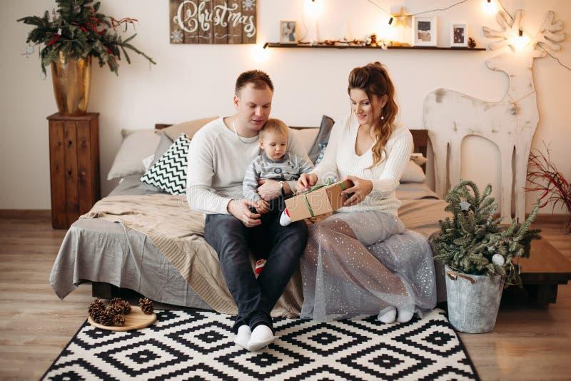 Życzliwy rodzinny cieszy się czas wpólnie przed bożymi narodzeniami zdjęcia royalty free