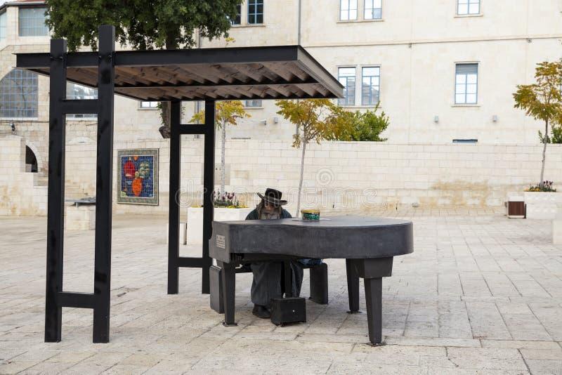 Żyd mężczyzna bawić się pianino w Jerozolima, Izrael fotografia royalty free