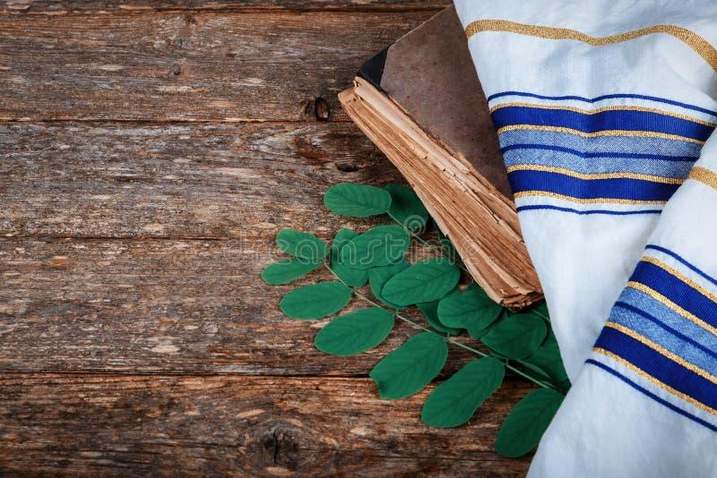 Żydowscy wakacyjni modlitewnej książki Wysocy święta religijne na stole zdjęcia royalty free