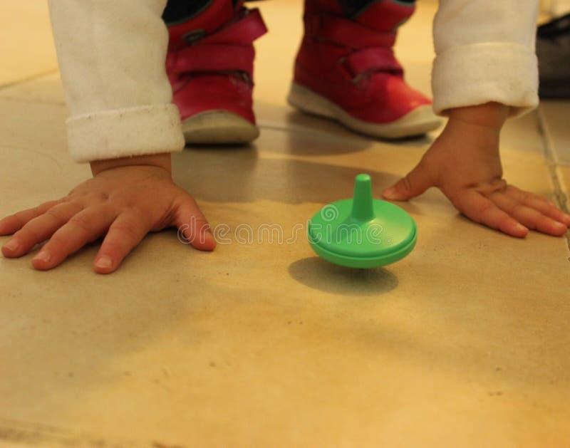 Żydowska tradycyjna chanuki zabawka Dzieci bawić się z kolorowymi driedles obraz stock