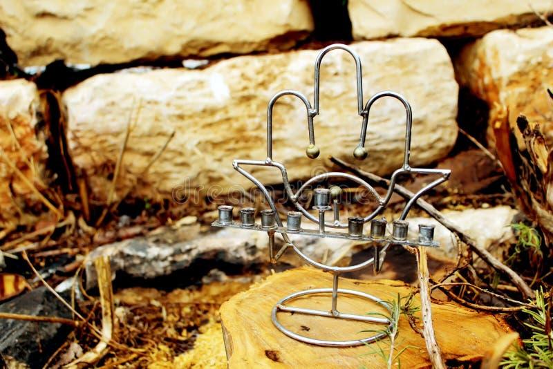 Żydowski candlestick Menorah w stylowym popularnym amulecie Hamsa Wizerunek Żydowski wakacyjny Hanukkah, Izrael zdjęcia royalty free