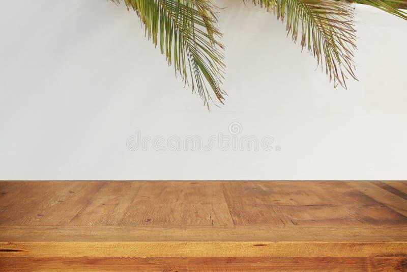 Żydowski festiwal Sukkot Tradycyjny succah & x28; hut& x29; Opróżnia drewnianego starego stół dla produkt prezentaci i pokazu obraz royalty free