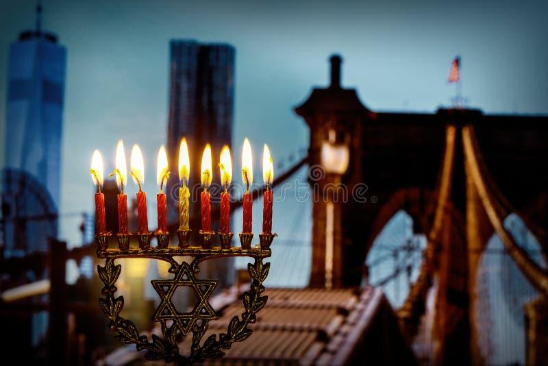 żydowski symbol żydowski wakacyjny Hanukkah z menorah Brooklyn Bridg, Miasto Nowy Jork fotografia royalty free