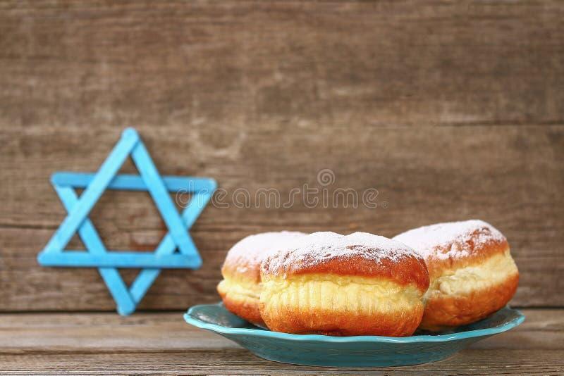 Żydowski wakacyjny Hanukkah i swój atrybuty, menorah, donuts, gwiazda dawidowa fotografia royalty free