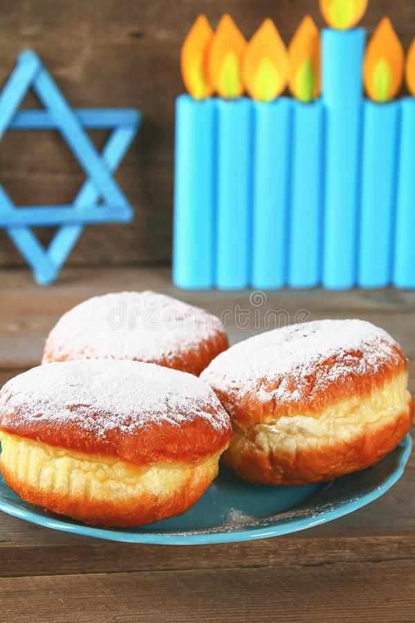 Żydowski wakacyjny Hanukkah i swój atrybuty, menorah, donuts, gwiazda dawidowa zdjęcia stock