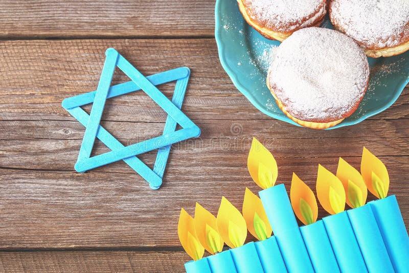 Żydowski wakacyjny Hanukkah i swój atrybuty, menorah, donuts, gwiazda dawidowa hanukkah menorah Hanukkah wakacje Żydowski Hanukka fotografia royalty free