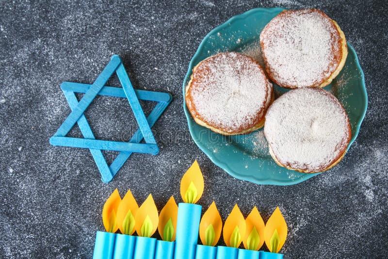 Żydowski wakacyjny Hanukkah i swój atrybuty, menorah, donuts, gwiazda dawidowa hanukkah menorah Hanukkah wakacje Żydowski Hanukka fotografia stock