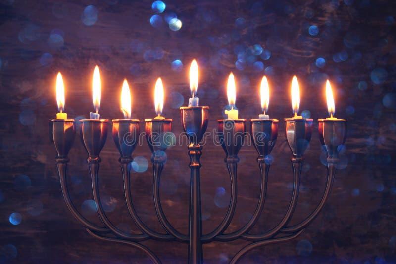 żydowski wakacyjny Hanukkah tło z menorah & x28; tradycyjny candelabra& x29; i palący świeczkę obrazy stock