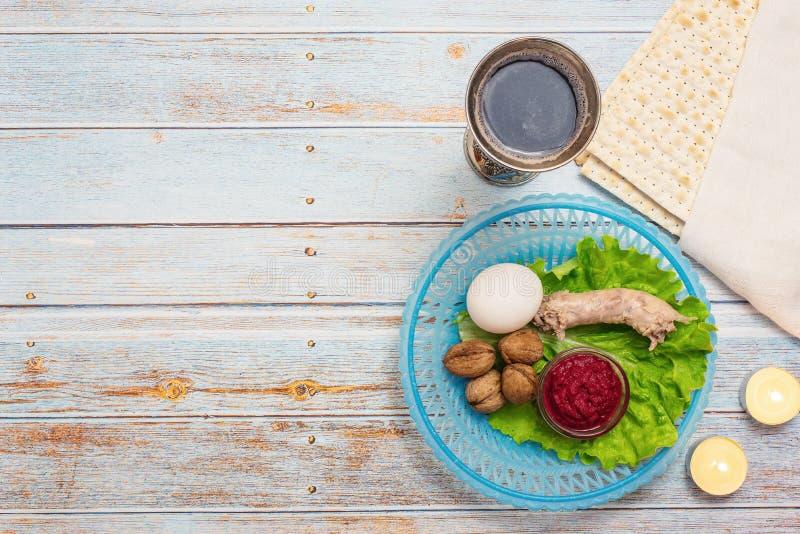 Żydowski wakacyjny Passover tło z wina, matza i seder talerzem na drewnianym stole, Odgórny widok Z kopii przestrzenią zdjęcia stock