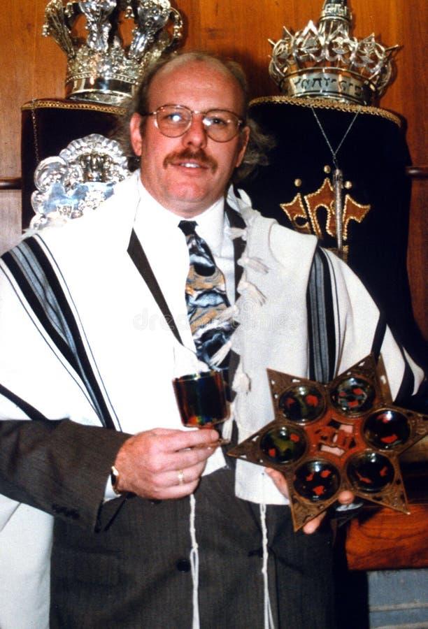 Żydowskie rabin pozy dla fotografii wśrodku synagogi obraz royalty free