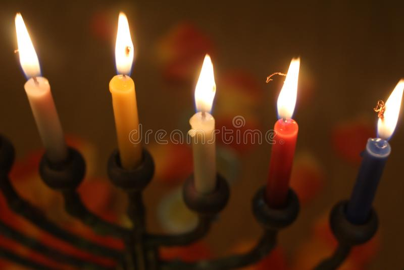 Żydowskiego festiwalu świateł Hanukkah menorah wakacyjne świeczki w białej błękitnej czerwieni i kolorze żółtym fotografia stock