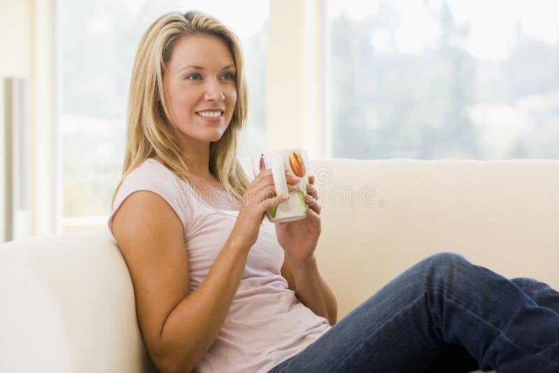 żyje kawowa pokoju kobieta uśmiechnięta fotografia royalty free