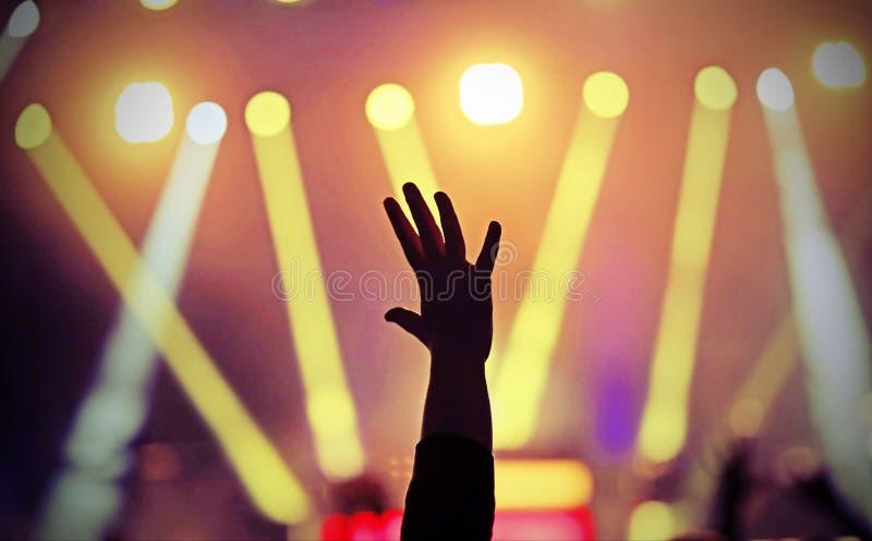 Żyje koncert i rękę podnoszących podczas występu blisko sta obraz stock
