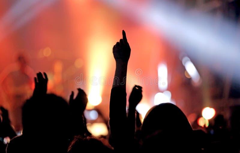 żyje koncert i rękę podnoszących podczas występu musical zdjęcia royalty free