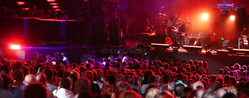 Żyje koncert z wiele ludźmi zdjęcie stock