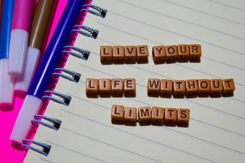Żyje twój życie bez ograniczenie wiadomości pisać na drewnianych blokach Motywacj pojęcia Krzyż przetwarzający wizerunek zdjęcia stock