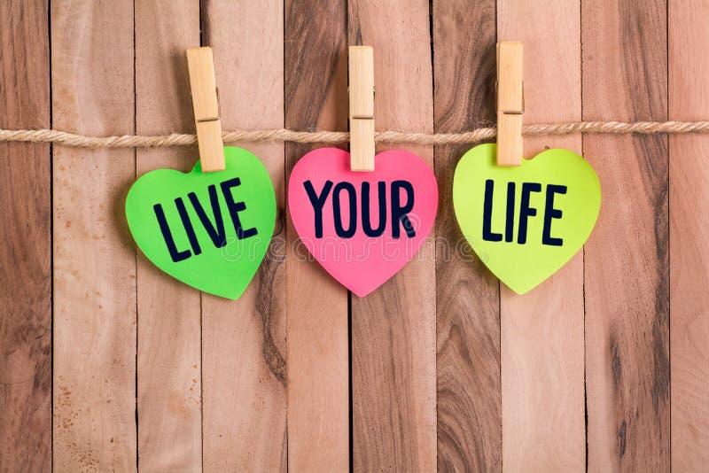 Żyje twój życie serce kształtującą notatkę zdjęcia stock