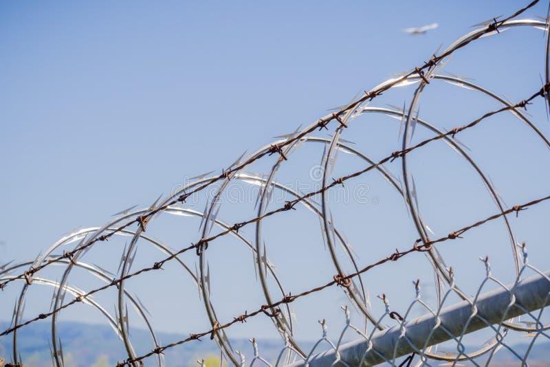 Żyletka drutu kolczastego ogrodzenie ochronne, Kalifornia obrazy stock