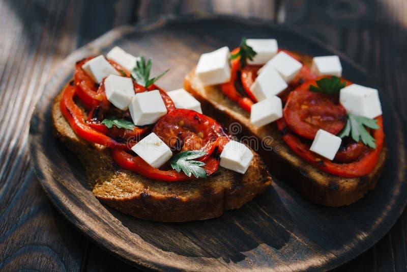 Żyta bruschetta z piec na grillu feta i pomidorami fotografia royalty free