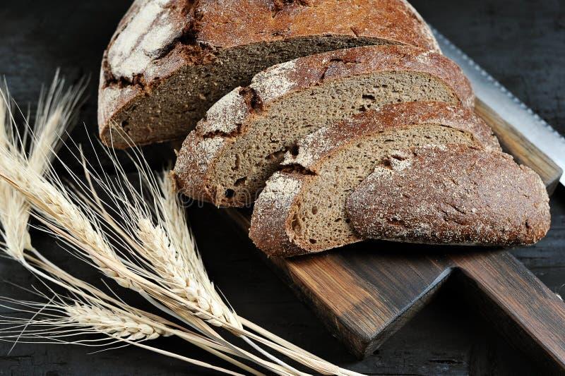 Żyto chleb, cięcie w kawałki i ucho, obraz stock